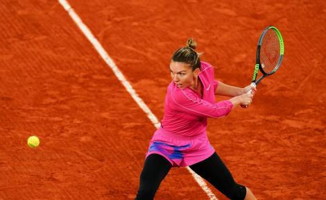 Simona Halep, pe terenul de tenis, in timp ce poarta ortezele