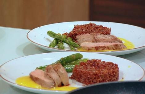 Piept de rață cu orez roșu, sparanghel sote și coulis de mango