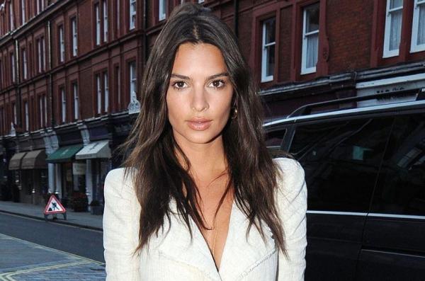 Emily Ratajkowski, îmbrăcată într-un sacoul alb și fotografiată în Londra