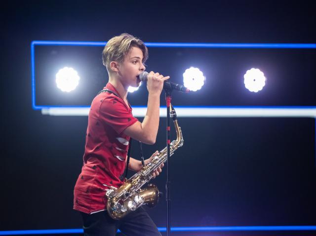 Denis Costea, de la X Factor, l-a cucerit pe Stefan Banica cu vocea si prestatia la saxofon