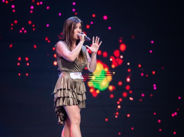 Tania Morales Rodriquez, pe scena X Factor, unde a cantat o compozitie proprie