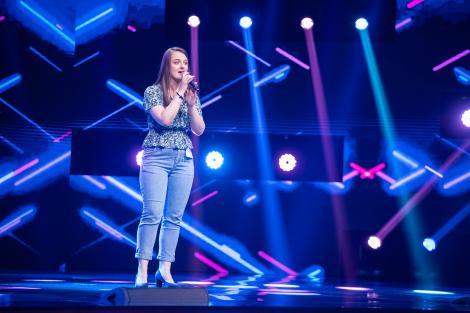 Andreea Fabri, fotografiata pe scena X Factor, unde a cantat o piesa country