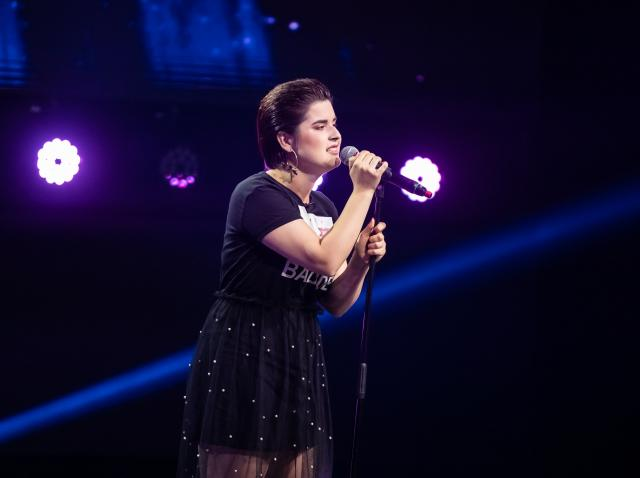 Ana Maria Ioana, pe scena X Factor 2020, in timp ce interpeta I'll Take Care Of You