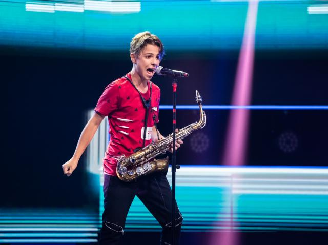 Denis Costea, fotografiat pe scena X Factor inainte de a discuta cu Ilona Brezoianu la Extra Factor