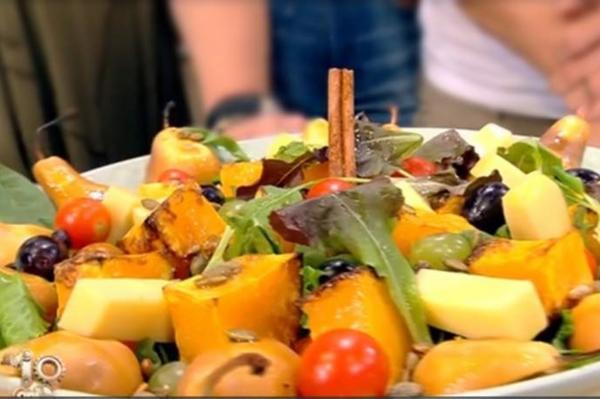 Salată de toamnă cu fructe, legume și brânzeturi