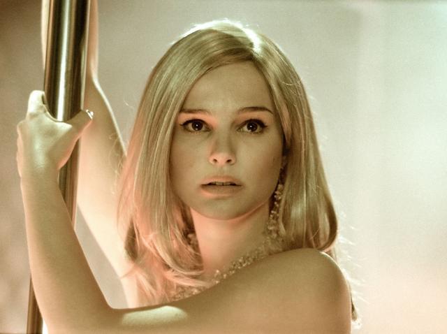 Natalie Portman, într-o scenă de striptease din filmul ''Closer'' (2004)