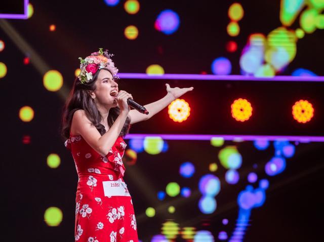 """Ce apariție! Dominique Simionescu, """"fata cu flori pe cap"""", a făcut senzație în sezonul 9 """"X Factor"""""""