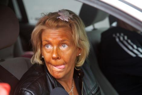 """Cum arată și ce facem acum """"cea mai bronzată mamă"""". Femeia își ducea fiica la solar de la o vârstă fragedă"""