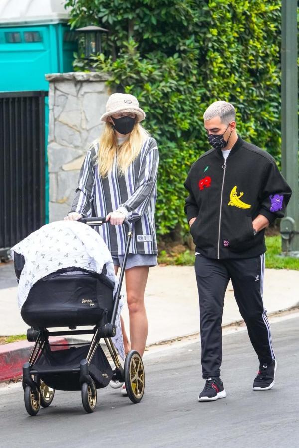 Sophie Turner și Joe Jonas, la plimbare cu bebelușul lor, în Los Angeles