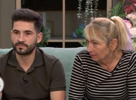 Mia si David, fiul sau, dupa ce ea a fost atacata de celelalte mame