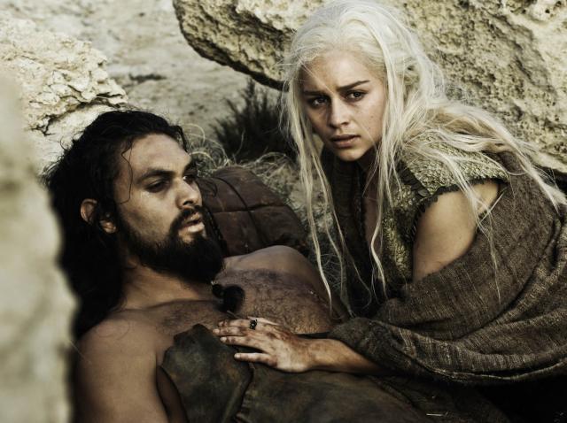 Emilia Clarke și Jason Momoa în Game of Thrones