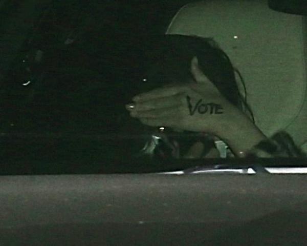 Selena Gomez, camuflată în spatele unui palton cu inserții animal print
