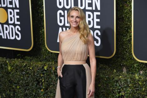 julia roberts pozeaza pe covorul rosu de la golden globe awards