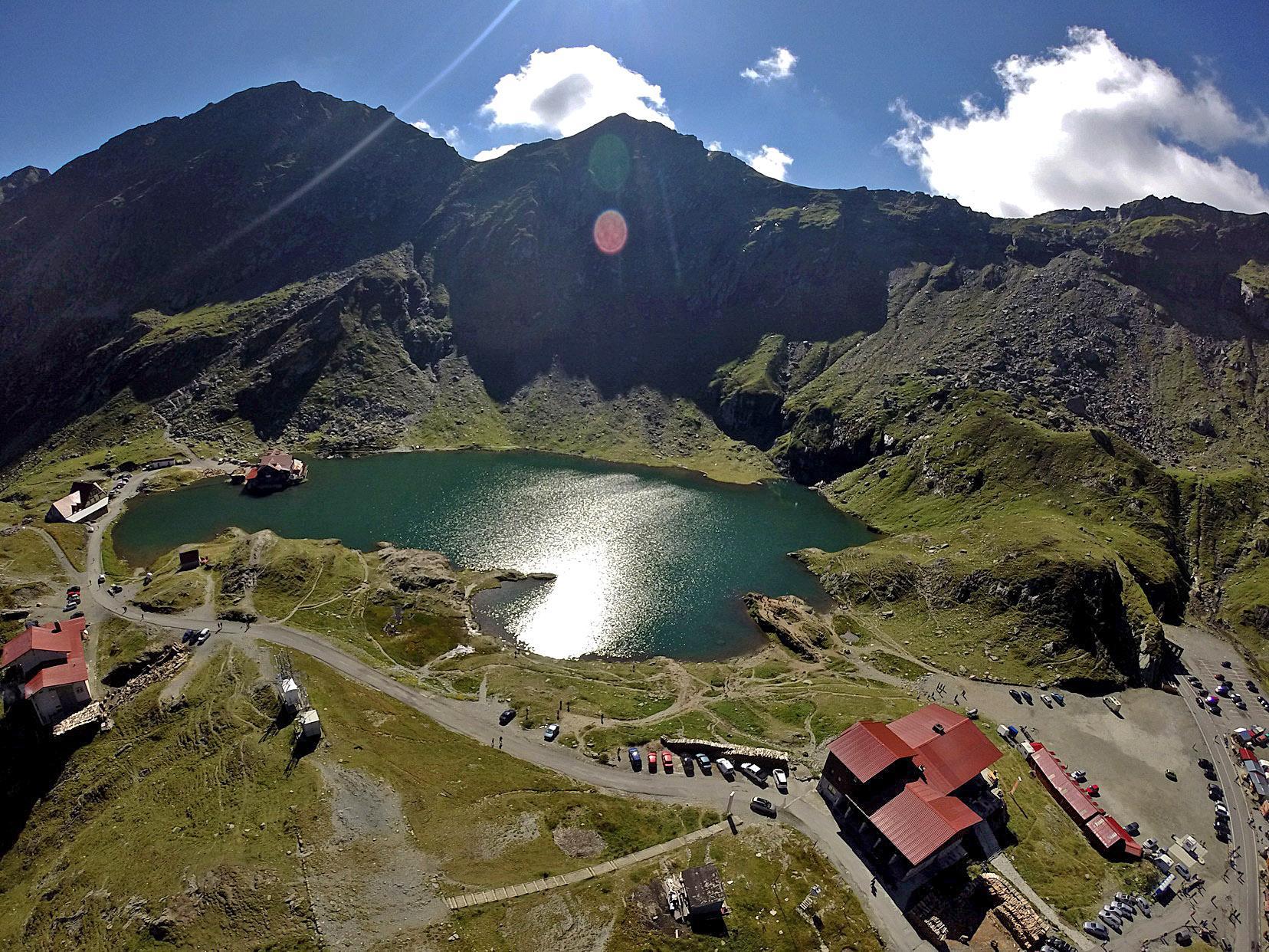 Cauți idei pentru o escapadă de weekend? Iată 5 lacuri din România pe care trebuie să le explorezi alături de un smartwatch de top