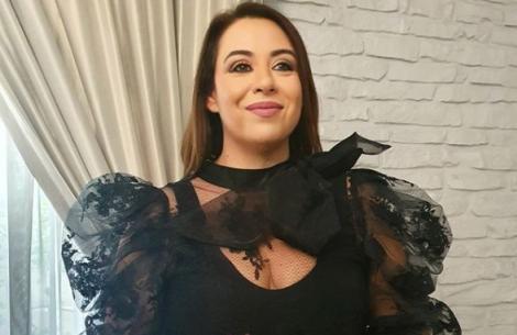 Oana Roman, îmbrăcată într-o bluză neagră, spectaculoasă