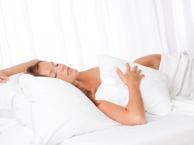 De ce trebuie să începi să dormi dezbrăcată. Renunță la pijamale chiar din această seară