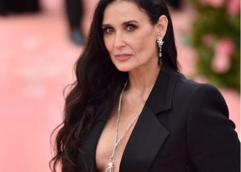 Demi Moore, într-o rochie neagră, mulată, fotogragiată la Met Gala, în anul 2019