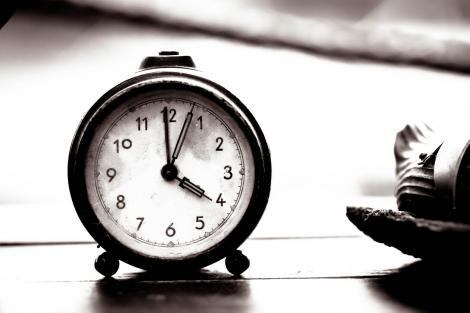 Ce înseamnă când te uiți la oră fixă la ceas