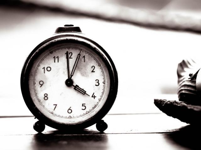 ceas care arata ora fixa intr-o poza alb-negru