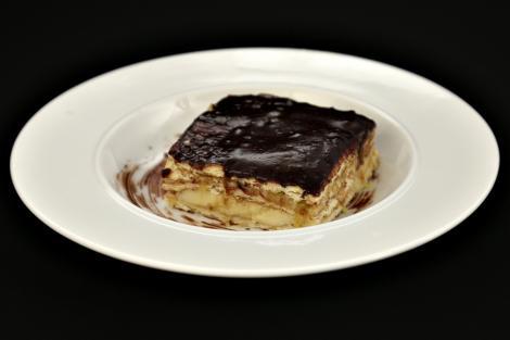 Rețetă simplă de tort fără coacere cu biscuiți și fructe