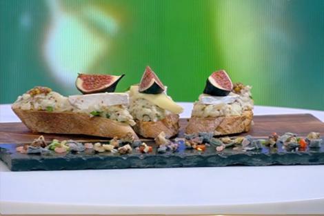 Aperitiv din conopidă cu maioneză și brânză, servit cu bruschete aromate