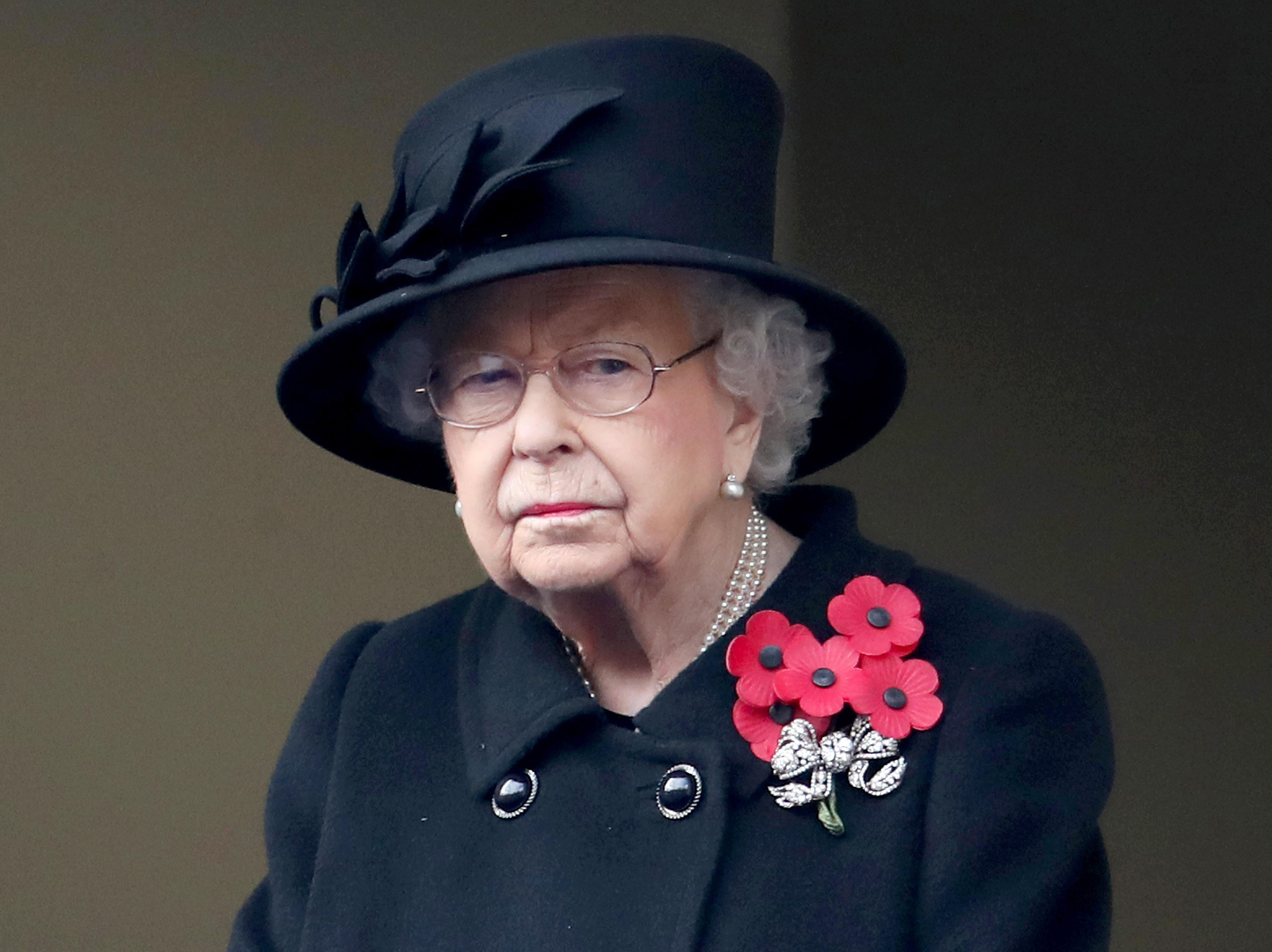 Cum arată masca de protecție pe care a purtat-o Regina Elisabeta. A apărut cu ea pentru prima dată în public