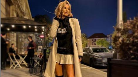 Ramona Olaru, vecina de la Neatza, purtând un palton crem și o pereche de cizme lungi