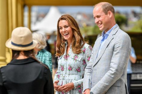 Kate Middleton, alături de soțul ei, Prințul William. Ducesa de Cambridge are părul ondulat și șuvițe blonde