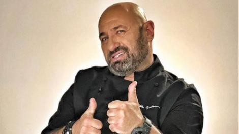 """Chef Scărlătescu, unul dintre cei trei jurați de la """"Chefi la Cuțite"""", în uniforma sa neagră de bucătar"""