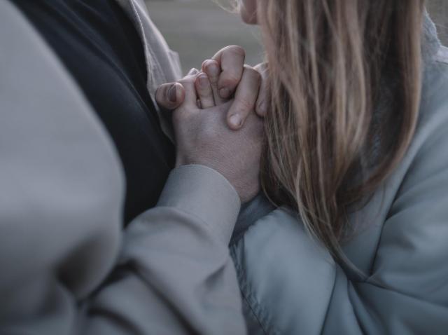 cuplu care se tine de maini
