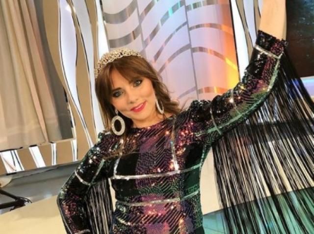 Vulpița Veronica imbracata intr-o rochie sclipitoare cu paiete pe platoul de filmare.