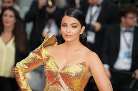 Frumoasa actriță Aishwarya Rai, îmbrăcată într-o rochie aurie
