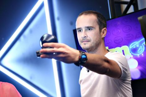 serban copot fotografiat in timp ce tine in mana un reflector in culisele emisiunii iumor