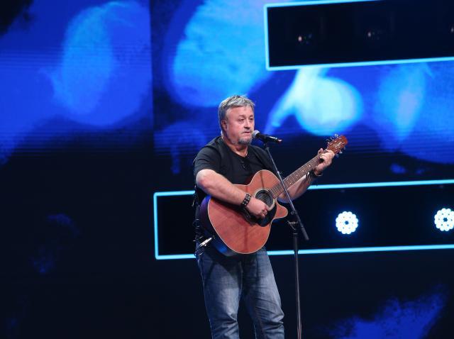 Virgil Bob, cântând la chitară pe scena X Factor