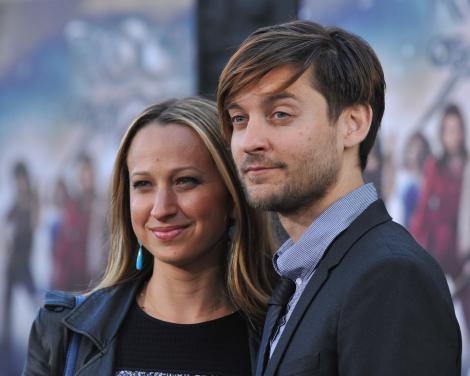 Tobey Maguire și Jennifer Meyer se uita intr-o parte, se lasă fotografiați. Imbracati in haine inchise la culoare.