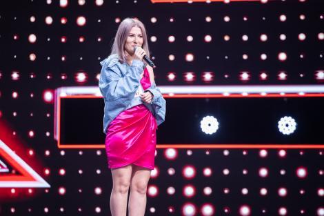 """X Factor 2020. Alexandra Robea a impresionat jurații X Factor cu povestea și vocea ei. """"Lady in pink"""""""