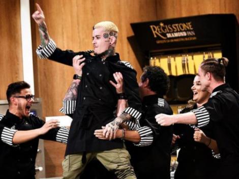 Zanni, bucurâdu-se alături de echipa lui, după câștigarea unui battle la Chefi la Cuțite