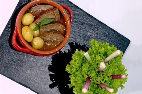 Friptură de mânzat în sos de ceapă cu cartofi la cuptor