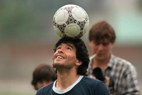 Diego Maradona, cand se joaca cu o minge, inainte sa se stinga din viata si sa ii fie impartita averea