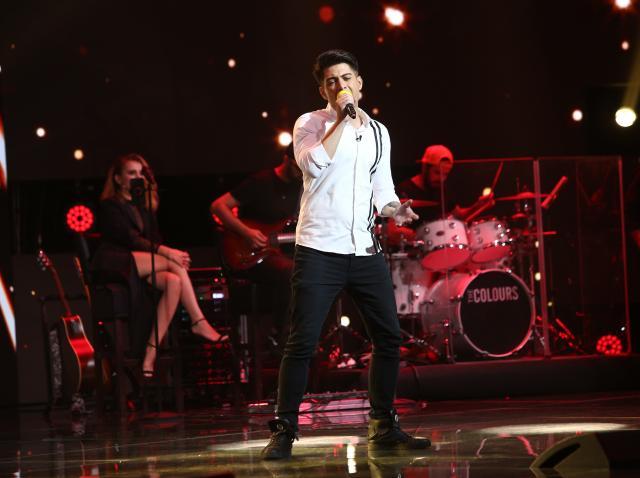 """Liviu Panait, pe scena X Factor, interpretând piesa """"I'll Never Love Again"""""""