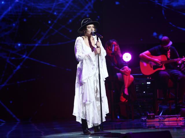 Melania Cuc, într-o rochie albă, vaporoasă, pe scena X Factor