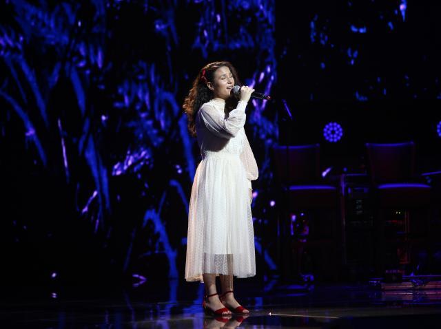 Andrada Precup a urcat într-o rochie albă pe scena X Factor