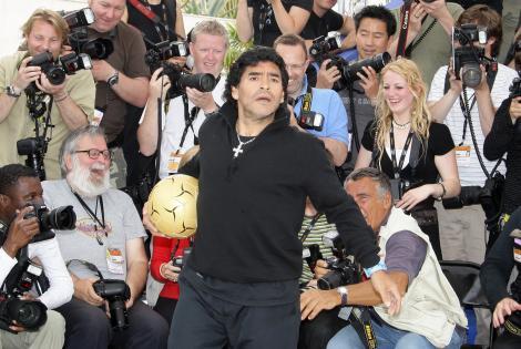 diego maradona, fotografiat cand se juca cu o minge