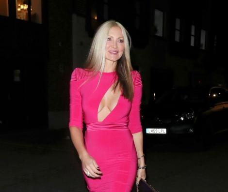 Caprice Bourret, imbracata intr-o rochie roz neon, cu un decolteu ametitor