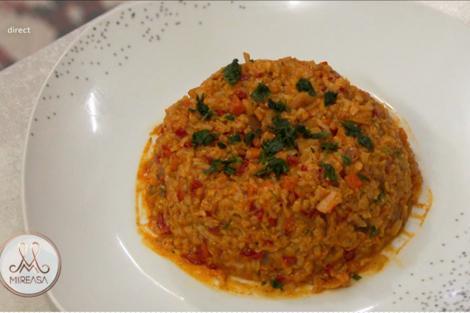 David și Andra gătesc o rețeta vegană de orez cu soia și legume