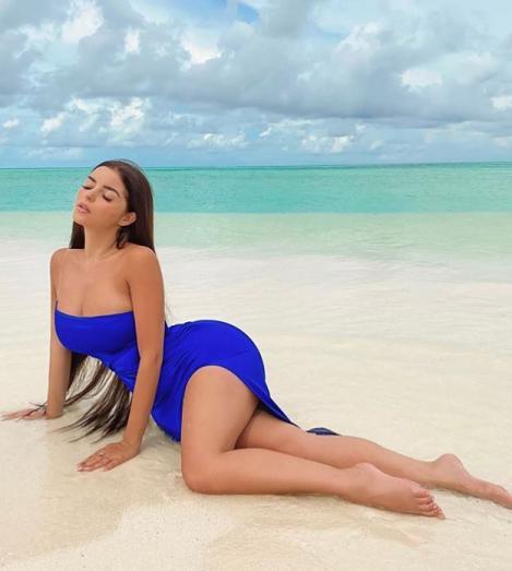 Demi Rose, fotografiata cand statea pe plaja