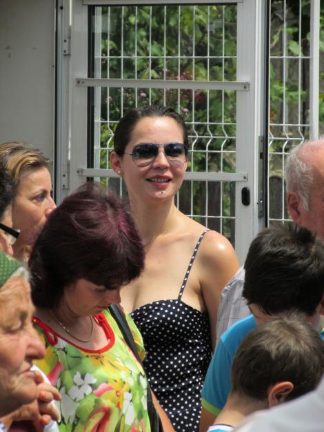 Maria Dinulesc surprinsă de paparzzi, îmbracata într-o salopetă cu buline si ochelari de soare.