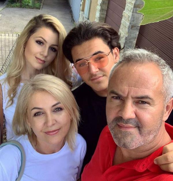 Mario Fresh si familia sa,selfie in timpul unei plimbari