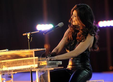 Paula Seling, pe scena Eurovision, in timp ce canta la pian