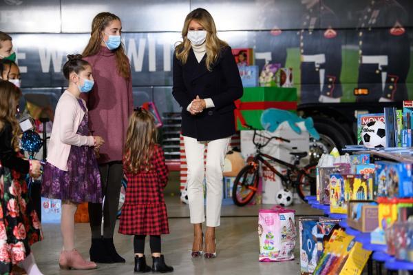 Melania Trump, sotia lui Donald, la un eveniment cu multi copii, la care poarta o tinuta superba